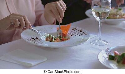 femme, grand, business, manger déjeuner, dish.