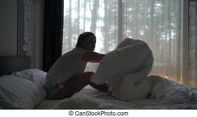 femme, haut, étirage, sommeil, fenêtre, réveiller, home., bras