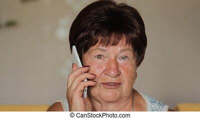 femme, haut, téléphone, fin, utilisation, personne agee, home., intelligent