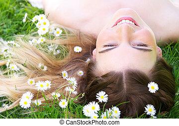 femme, herbe, parc, jeune, fleurs, mensonge