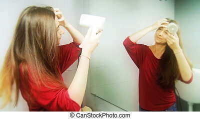 femme heureuse, sécher, cheveux