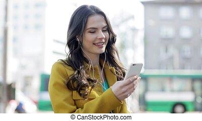 femme heureuse, smartphone, jeune, écouteurs