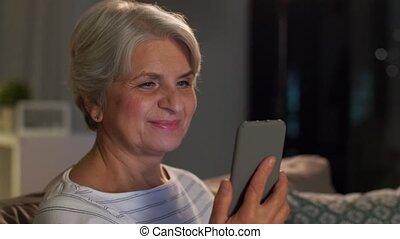 femme heureuse, smartphone, personne agee, maison