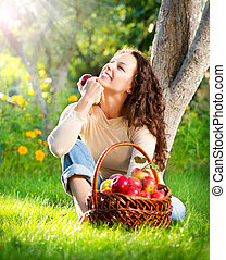 femme, heureux, jeune, verger, manger, sourire, organique, pomme