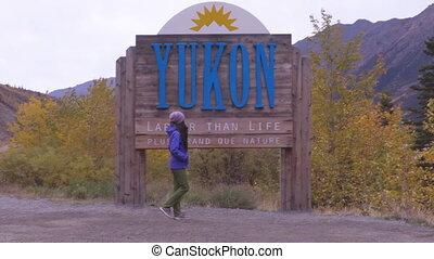 femme, -, heureux, territoire, accueil, territoires, canadien, signe, touriste, yukon