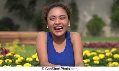 femme hispanique, jeune, rire