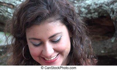 femme hispanique, rire, heureux