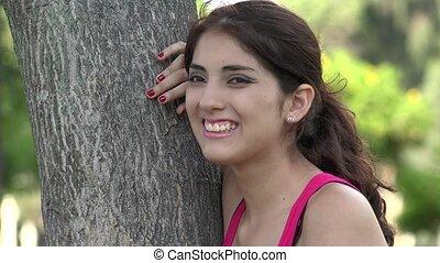 femme hispanique, rire, jeune, dehors