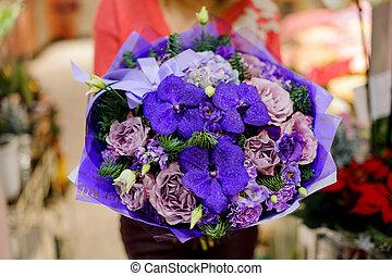 femme, hiver, bouquet, clair, mains, fleurs