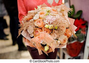 femme, hiver, bouquet, mains, tendre, fleurs
