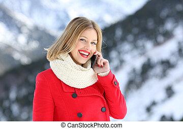 femme, hiver, conversation, regarder, téléphone, vous, vacances