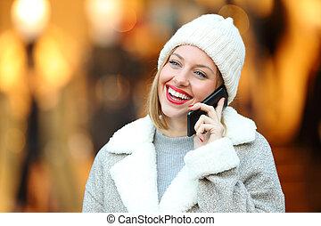 femme, hiver, conversation, téléphone, centre commercial, heureux