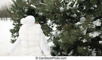 femme, hiver, jeune, pin, grand, rotation, blanc, vêtements