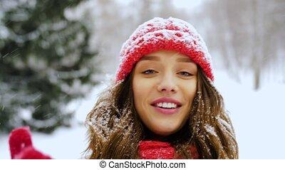 femme, hiver, jeune, vidéo, forêt, blogging