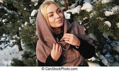 femme, hiver, loin, pin, dehors, regarde, blonds, rêver, forêt