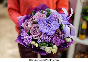 femme, hiver, pourpre, bouquet, surprenant, mains, fleurs