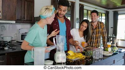 femme homme, groupe, préparer, gens, sain, cuisine, jeune, ensemble, il, couples, conversation, couper, deux, smoothie, mettre, mixer, ananas, cuisine