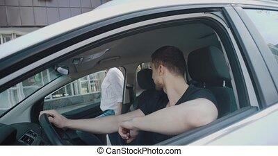femme homme, séance, chauffeur, ceinture de sécurité, quoique, mettre, voiture, avant, heureux, commencer, voyage, beau