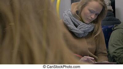femme, informatique, tablette, jeune, train, métro, utilisation