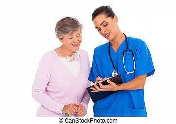 femme, jeune, amical, portion, personne agee, infirmière