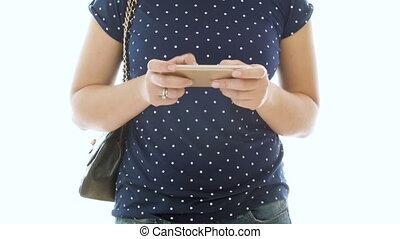 femme, jeune, contre, téléphone portable, vidéo, 4k, fond, utilisation, blanc