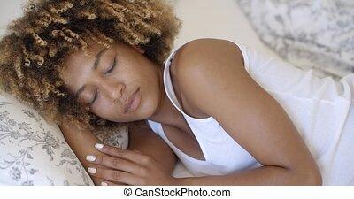 femme, jeune, haut, réveiller, sommeil, sourire