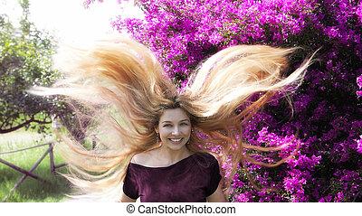 femme, jeune, longs cheveux, blonds, heureux