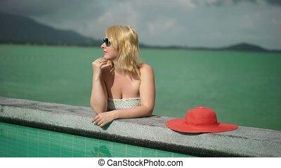 femme, jeune, piscine, suntanning