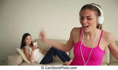 femme, jeune, seul, amusement, maison, chant, avoir