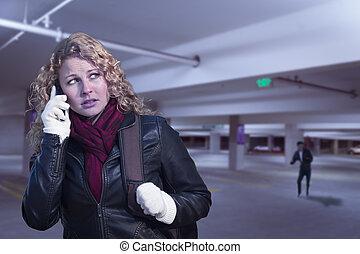 femme, jeune, téléphone portable, stationnement, effrayé, structure