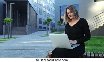 femme, jeune, technologie, outdoors., ordinateur portable, utilisation, working., femme affaires