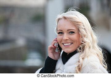 femme, joli, bavarder, mobile, jeune, blonds, heureux