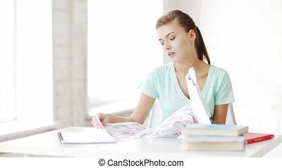 femme, joli, devoirs, étudiant