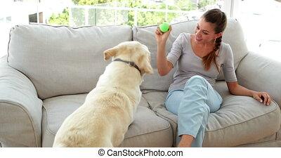 femme, jouer, labrador, elle, rire