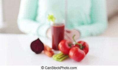 femme, légumes, haut, jus, mains, fin