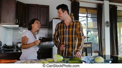 femme, légumes, sain, couple, cuisine, ensemble, conversation, dîner, découpage, préparer, homme, friture, sourire, cuisine, moule, heureux