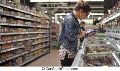 femme, légumes surgelés, supermarché, choisir, réfrigérateur