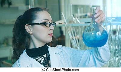 femme, laboratoire, flacon, secousses
