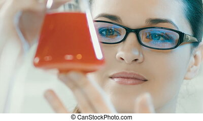 femme, laboratoire, regard, flacon