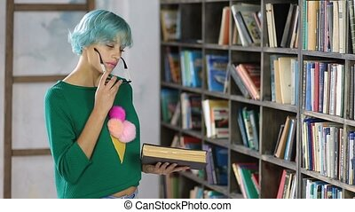 femme, livre bibliothèque, lecture étudiant, songeur