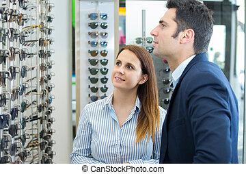 femme, lunettes soleil, optique, magasin, choisir, lentilles