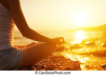 femme méditer, plage, yoga, main, pose