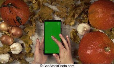 femme, main, cellphone, tient, marques, swipes, droit, vert, robinets, écran