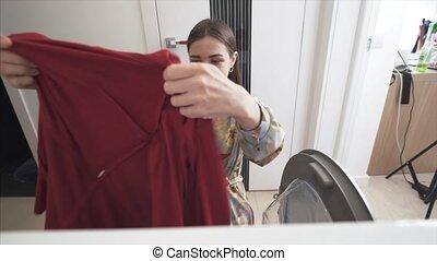 femme, maison, robes, sécher, machine., jeune, sélectionne, haut