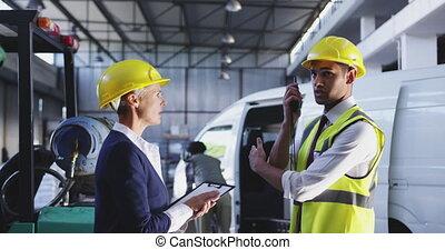 femme, manangers, mâle, discussion, femme affaires, 4k, entrepôt