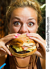 femme mange, cheeseburger