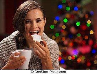 femme mange, chocolat, chaud, petit gâteau, boire, noël, heureux