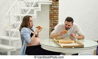 femme mange, pregnant, kitchen., leur, amusement, maison, pizza, rire, homme