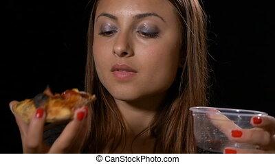 femme mange, satisfait, regarder, délicieux, soude, boire, pizza, kola