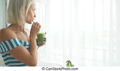 femme mange, smoothie, kitchen., sain, légume vert, style de vie, boire